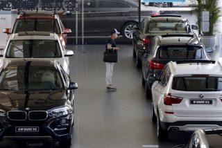 Un joven se las ingenia para obligar a sus padres a comprarle un lujoso coche pero le sale mal y acaba detenido