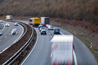 Afortunado conductor se salva de ser aplastado por un contenedor que cae de un camión en una autopista