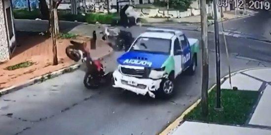 Estos 2 delincuentes roban una moto y chocan fatalmente en su fuga contra un coche patrulla de la Policía
