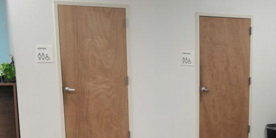 """Esta oficina de Uber tiene baños separados para conductores y """"empleados"""""""