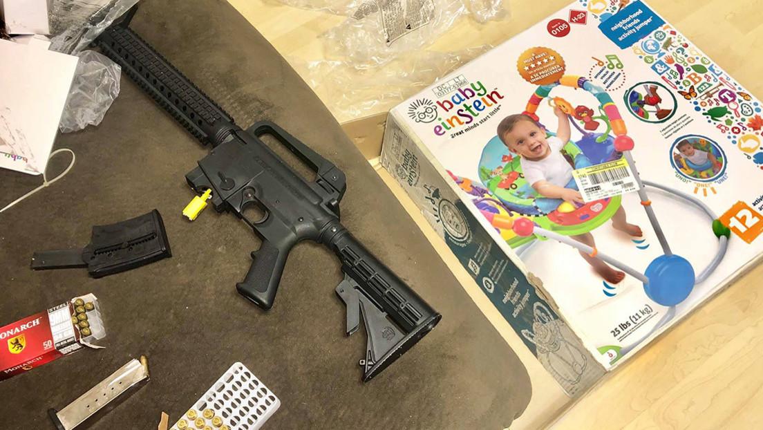 Una mujer compra un regalo para una bebé y descubre que la caja tenía dentro un rifle semiautomático