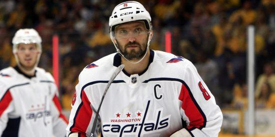 Ovechkin usa un soplete para 'arreglar' su casco en pleno partido de la NHL