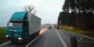 Este camión en marcha pierde dos ruedas y provoca un chispeante accidente en plena carretera