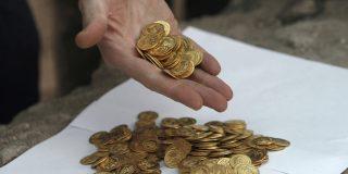 El hombre con más suerte del mundo: Gana la lotería compra un terreno y encuentra un tesoro enterrado