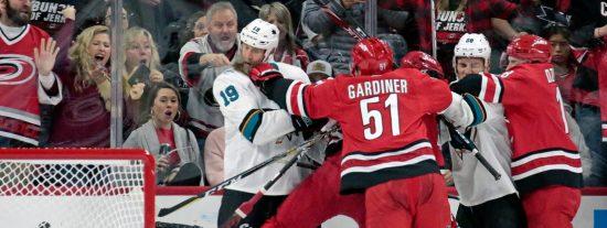Este jugador de hockey derriba de un solo golpe al portero rival en un partido de la NHL