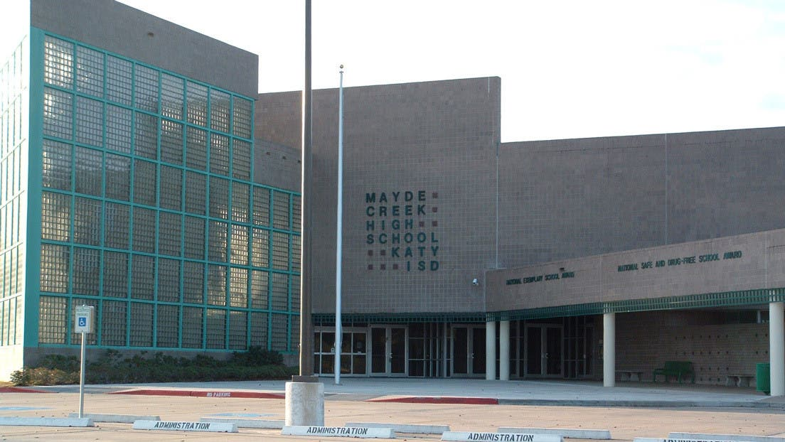 Una niña de 16 años fue violada durante media hora en un pasillo de este instituto y nadie respondió a sus gritos