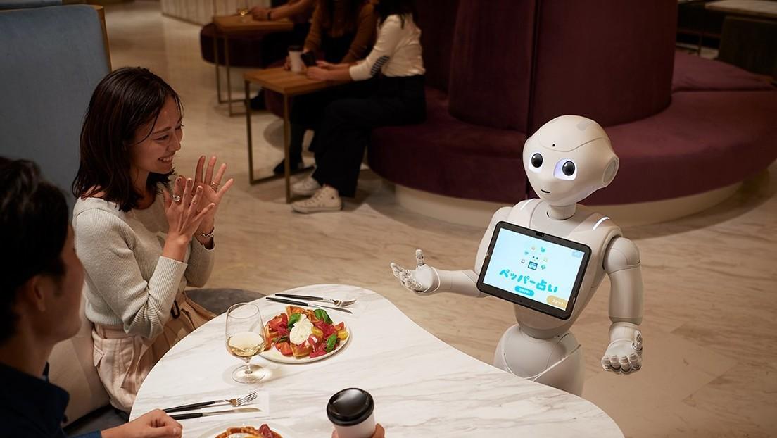Así es el exitoso café atendido por robots que toman comandas, hablan y recomiendan postres