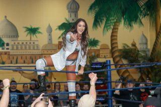 Esta luchadora de la empresa rival es pillada por las cámaras en pleno combate de la WWE y provoca un 'dramático' reto viral