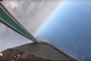 Estos cazabombarderos supersónicos Su-34 entrenan combates con misiles durante un simulacro vertiginoso