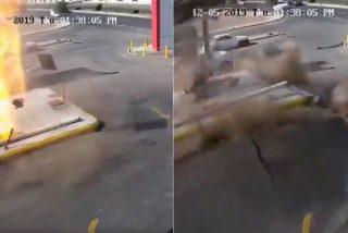 Momento en que una fuerte explosión levanta el suelo de esta gasolinera en Arabia Saudita