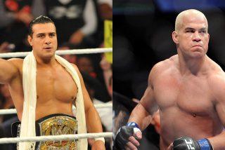 Momento en que Tito Ortiz estrangula al ex campeón de la WWE Alberto 'El Patrón' en el primer asalto de su combate de MMA