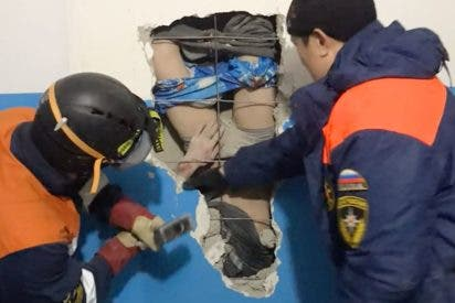 Este tipo, no muy listo, cae boca abajo por un conducto de ventilación desde un décimo piso al intentar salvar sus botas