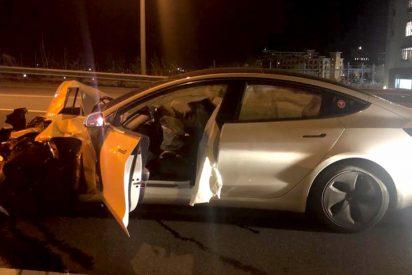 Un hombre circulaba a bordo de un Tesla en autopiloto, se gira para ver a su perro y se estampa contra un coche patrulla