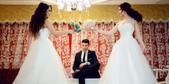 """Una mujer con vestido blanco irrumpe en una boda y le parte la cara al novio al grito de: """"Debería haber sido yo"""""""
