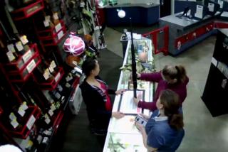 Momento en que un bebé se cae del mostrador de una tienda mientras su madre estaba comprando un arma de fuego