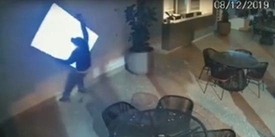 Los ladrones más tontos de todo Brasil intentan robar un televisor y protagonizan esta escena cómica