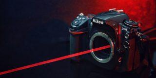 Youtuber agujerea el sensor de su cámara con un puntero láser que compró online