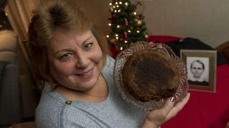 Esta familia pasa un pastel de frutas de 141 años de generación en generación y no planea dejarlo de hacer