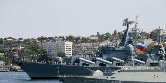 Alta tensión: Un buque ruso portamisiles vigila a un destructor de EE.UU. recién llegado al mar Negro
