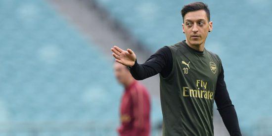 La retransmisión del partido del Arsenal queda cancelada, queman camisetas, y unos comentarios de Özil provocan la ira en China