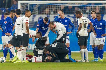 Este portero arrolla a un rival con una brutal patada en el pecho y recibe la tarjeta roja
