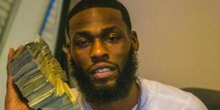 Roba más de 88.000 dólares y termina detenido tras publicar fotos posando con fajos de billetes en sus redes sociales