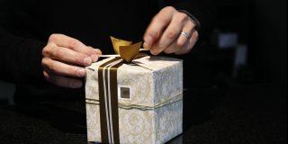 Este vídeo de cómo envolver un regalo con un papel demasiado pequeño arrasa en las redes