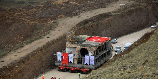 Los turcos reubican así una mezquita del siglo XV antes de quedar inundada por la puesta en marcha de un gran embalse
