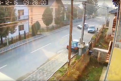 Este hombre se salva por los pelos de ser arrollado por dos coches que chocaron