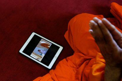 Un monje budista muere electrocutado en su choza en Tailandia tras jugar con su móvil conectado al cargador