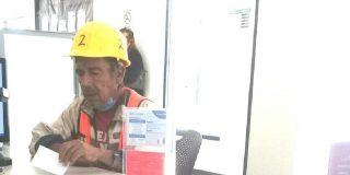 Este obrero es estafado por un compañero chungo y los usuarios de las redes le aportan el triple de lo perdido