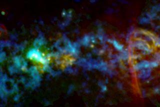 """La NASA comparte esta imagen inédita del """"bastón de caramelo"""" cósmico que hay en el centro de la Vía Láctea"""