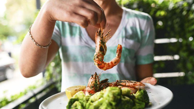¡OJO!: Las autoridades sanitarias desaconsejan chupar las cabezas de las gambas y otros crustáceos