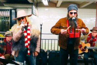 VIDEO:  El momentazo de Jimmy Fallon y Alanis Morissette cantando 'El Tamborilero' en el metro de Nueva York sin que nadie les reconozca