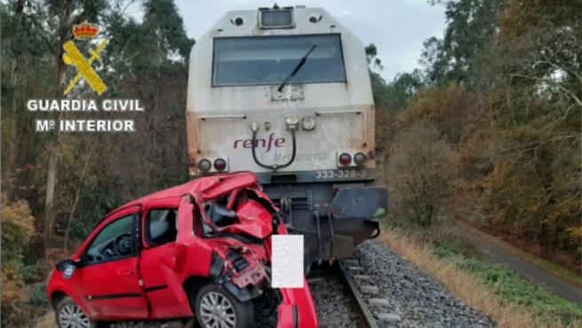 Un tren arrastra un coche durante medio kilómetro con el conductor borracho sentado al volante