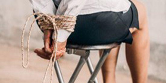 La Policía arresta a un facineroso por atar a su pareja al sofá para que no saliera en Nochebuena