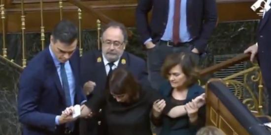 ¡Accidente en el Congreso! Vea el momento en el que Adriana Lastra se hace una tremenda torcedura