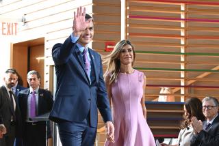 'Begoña en el País de las Maravillas': los viajes de la mujer de Pedro Sánchez a cuenta del contribuyente son 'secreto de Estado'