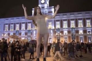Cristina Pedroche ha enloquecido: se desnuda en medio de la Puerta del Sol para promocionar sus campanadas