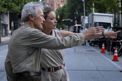 Lío monumental por la última de Clint Eastwood: el director atribuye a una periodista ya fallecida exclusivas a cambio de sexo y su periódico monta un pollo brutal
