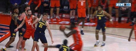 Este jugador de baloncesto derriba sin querer al árbitro en un gesto de alegría