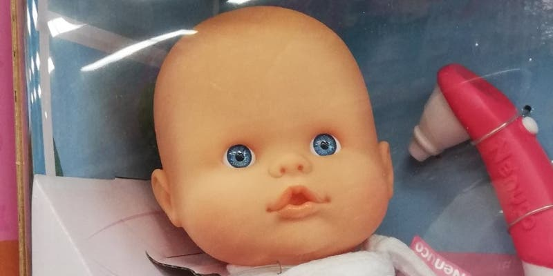 Cachondeo general por el 'ovni' incluido en la caja junto a este muñeco: salta a la vista