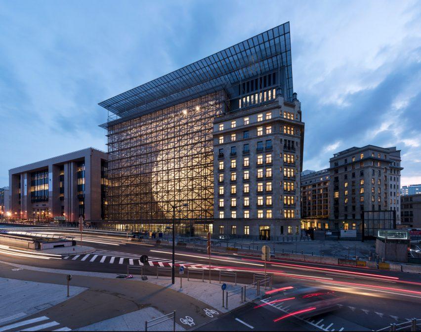El 'Space Egg', sede de la Unión Europea en Bruselas, fue construida por inmigrantes sin derechos ni papeles
