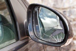 La Guardia Civil alerta sobre la 'estafa del retrovisor', un timo con el que te puedes limpiar 1.500 euros