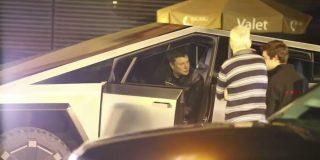 Pillan a Musk conduciendo su camioneta Cybertruck por primera vez en una carretera y acaba arrollando un cono vial