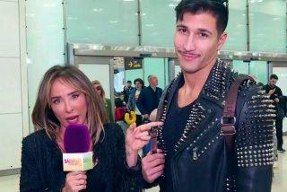 Maria Patiño, micrófono en mano, va al aeropuerto para recibir a Gianmarco a su regreso de Italia