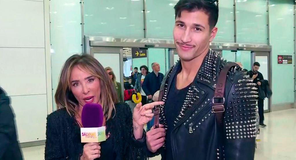 María Patiño, micrófono en mano, se planta en el aeropuerto para recibir a Gianmarco a su regreso de Italia