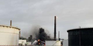 Los bomberos luchan contra un gran incendio en una refinería en el norte de Francia