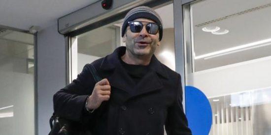 Este es Jorge Javier Vázquez y con estas pintas de 'atracador' salió del hospital