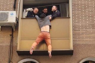 La Policia Nacional logra salvar en Madrid a un chino que se colgó de la ventana para suicidarse después de recibir una zurra de su mujer